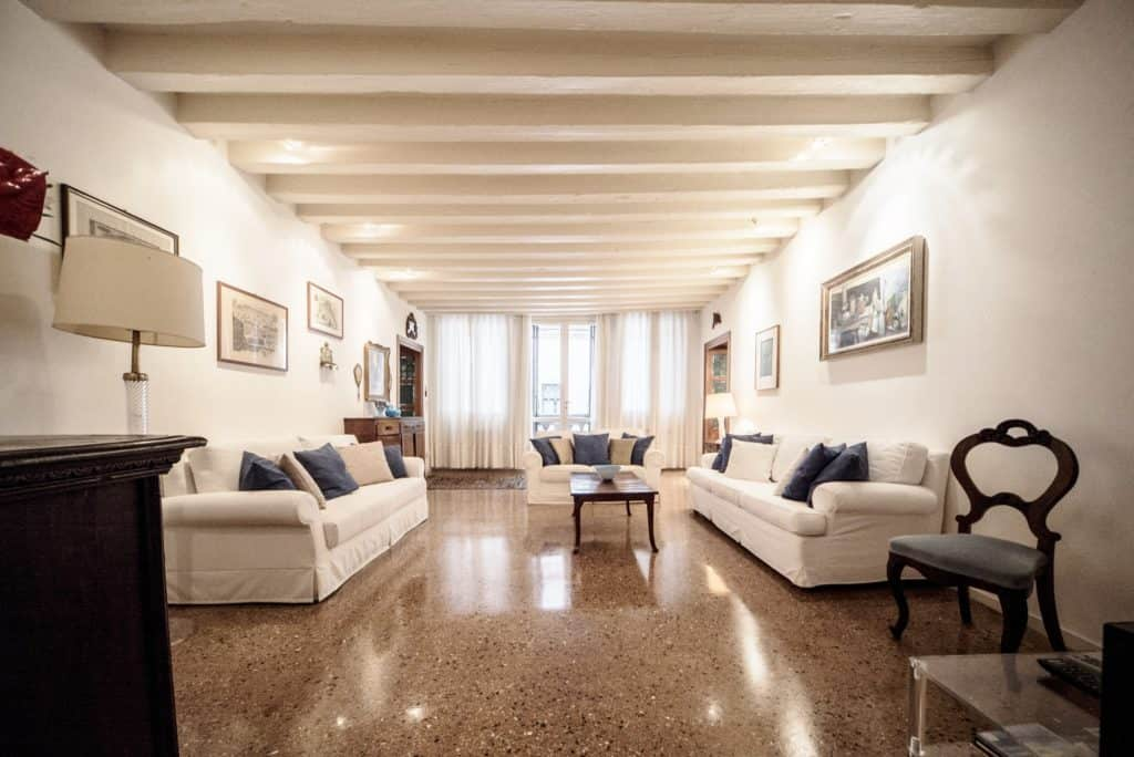 Luminous living room with ancient Venetian furnishing and white sofas - Accademia Terrazza Apartment