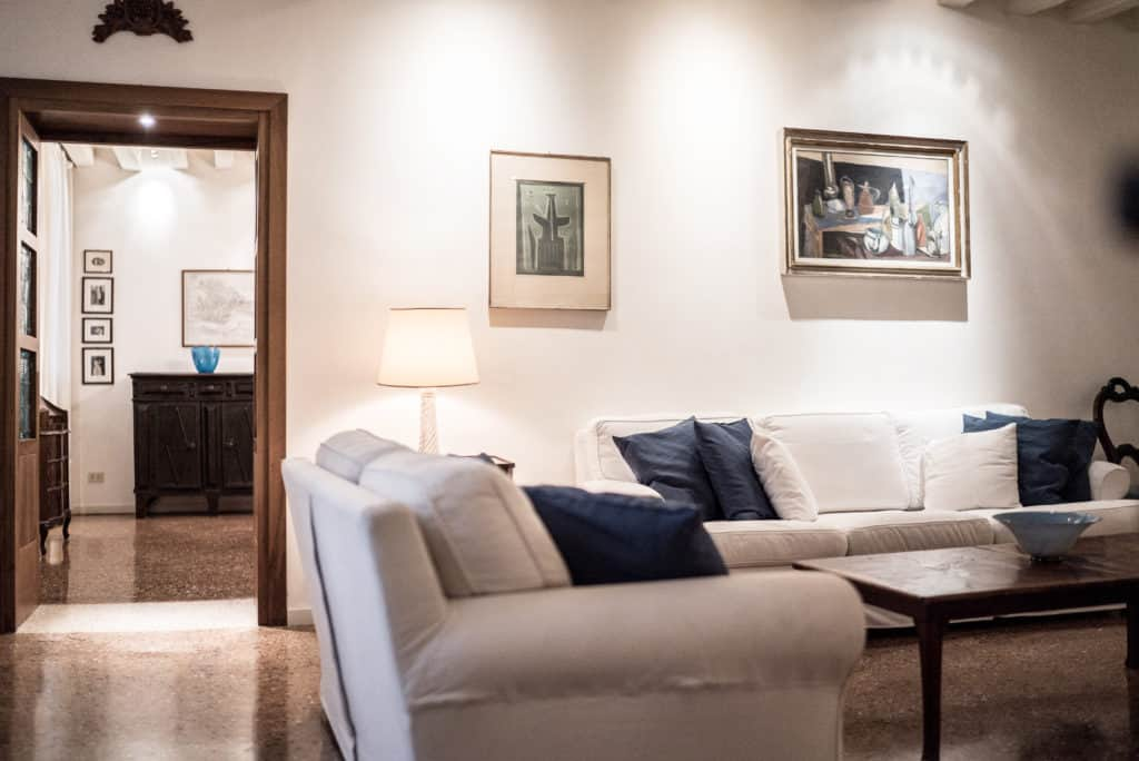 Luminous living room with white sofas and view on the hallway - Accademia Terrazza Apartment