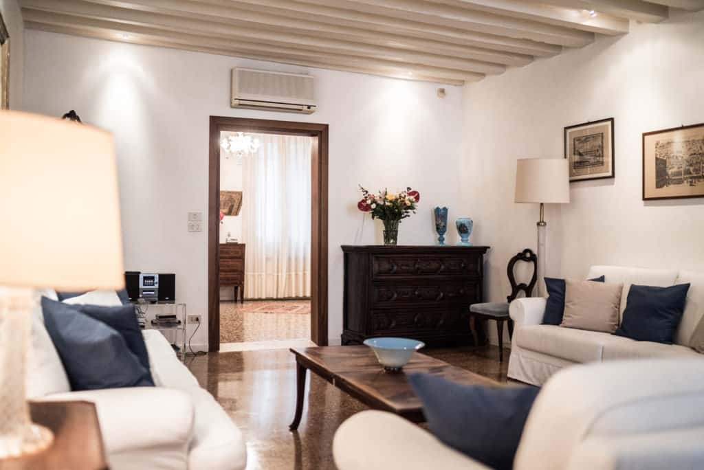 Living room with ancient Venetian furnishing and white sofas - Accademia Terrazza Apartment