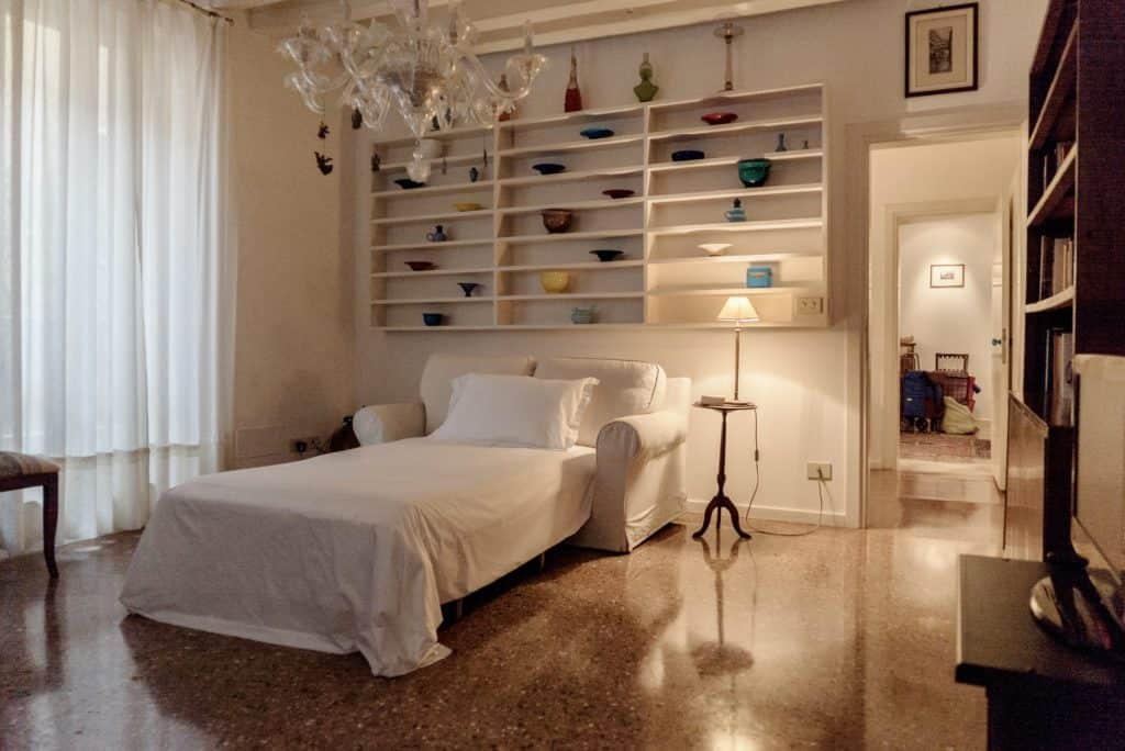 Small bedroom with single sofa bed and Venetian chandelier - Accademia Terrazza Apartment