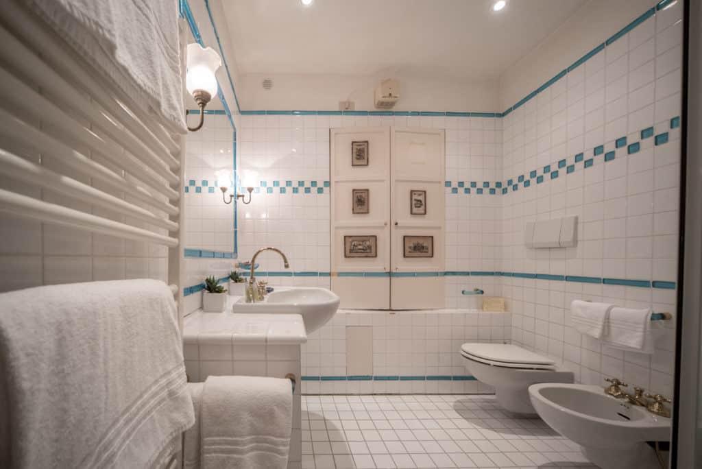 Large bathroom with bathtub - Accademia Terrazza Apartment
