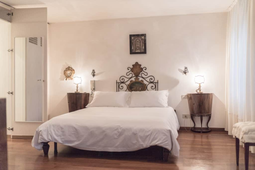 Zoom of large bedroom with ancient Venetian furnishing - Accademia Terrazza Apartment