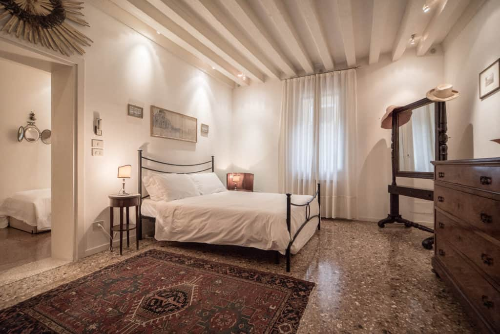 Bedroom with double bed and ancient Venetian furnishing - Accademia Terrazza Apartment
