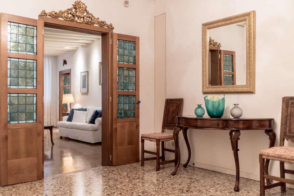 Main door of luminous hallway with ancient Venetian furnishing - Accademia Terrazza Apartment