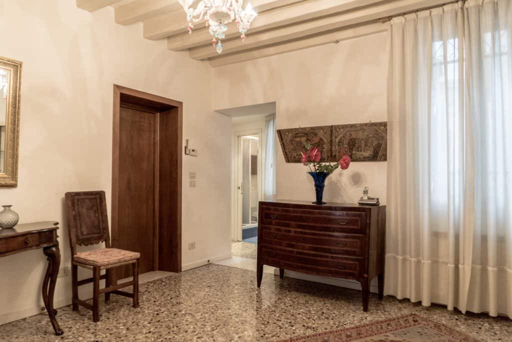 Luminous hallway with ancient Venetian furnishing - Accademia Terrazza Apartment