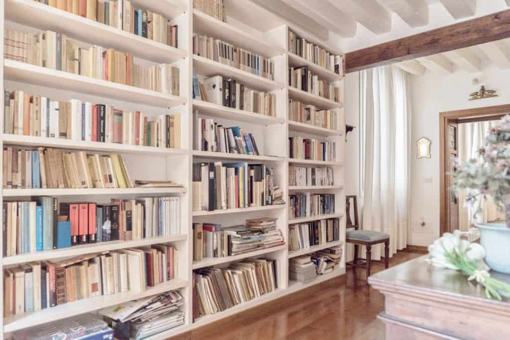 Large white library on the hallway - Accademia Terrazza Apartment