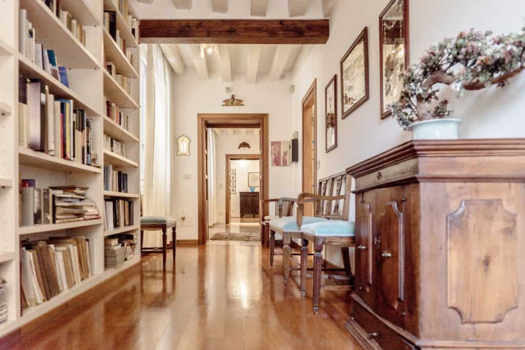 Luminous hallway with large library - Accademia Terrazza Apartment