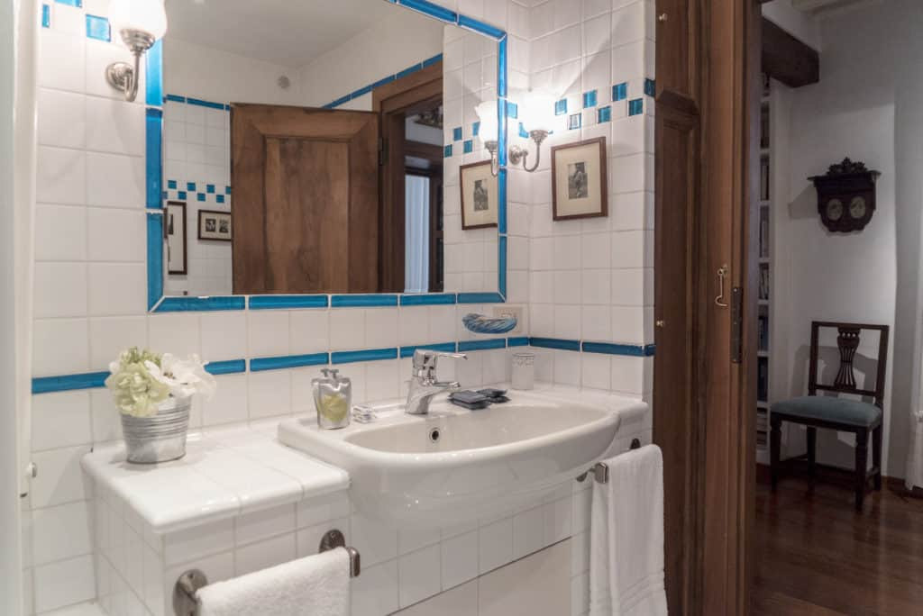Small bathroom with large mirror - Accademia Terrazza Apartment