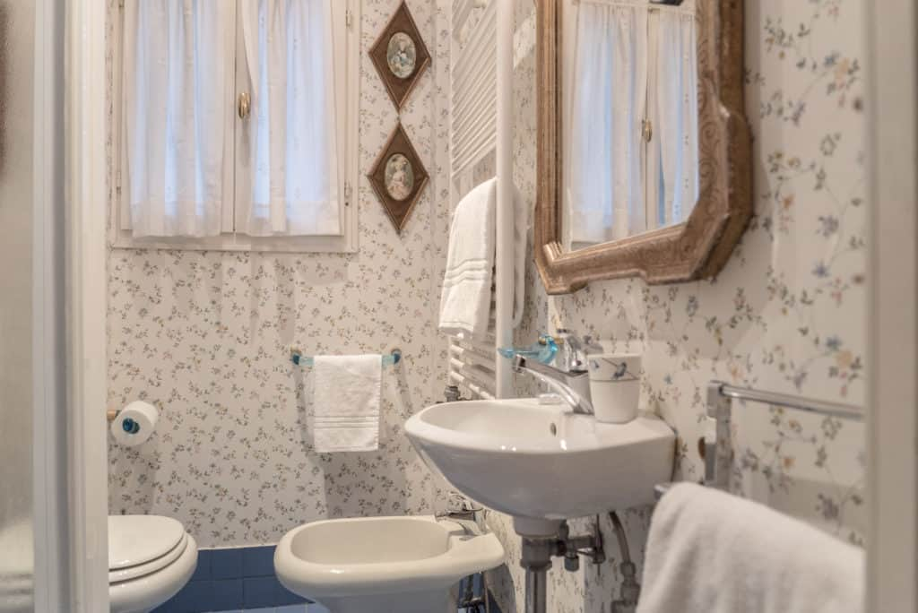 Zoom of small bathroom with shower - Accademia Terrazza Apartment