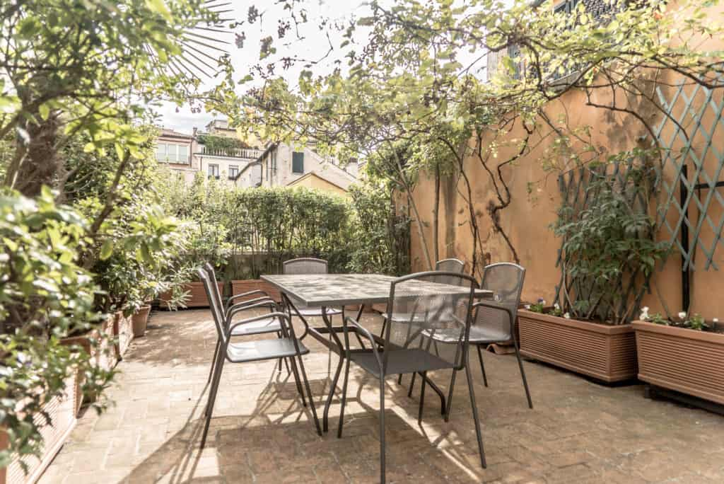 Dining table on the terrace - Accademia Terrazza Apartment