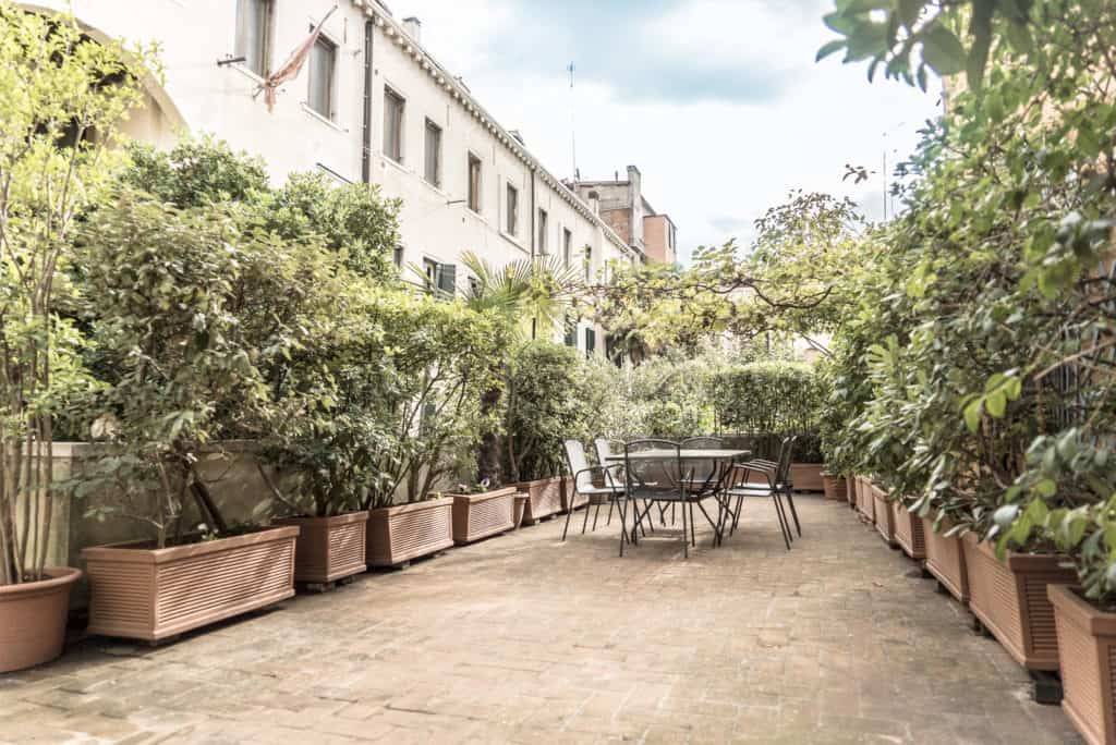 Large terrace with dining table - Accademia Terrazza Apartment