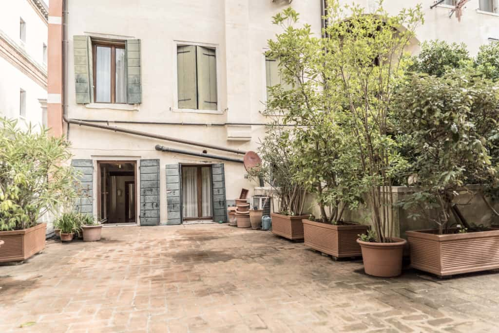 Large terrace with view of the external facade - Accademia Terrazza Apartment