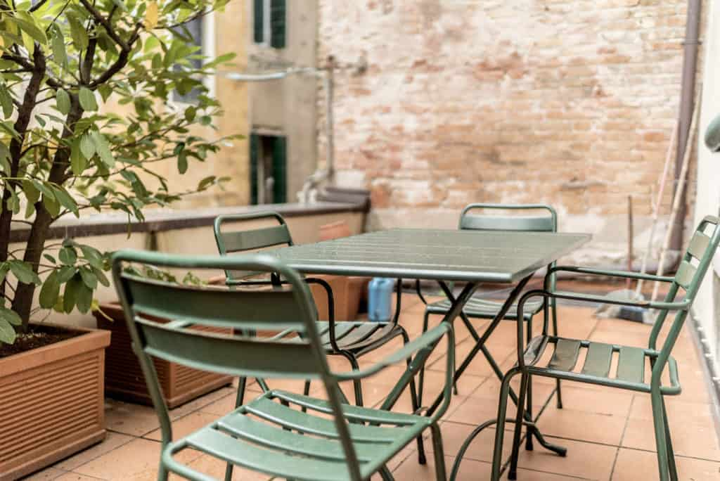 Zoom of dining table on the terrace - Accademia Terrazza Apartment