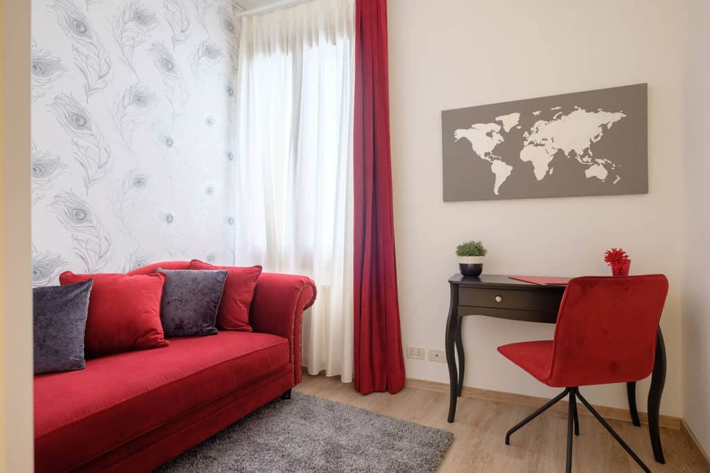 Luminous living room with large sofa and 2 comfortable armchairs - Ai Turchesi Apartment