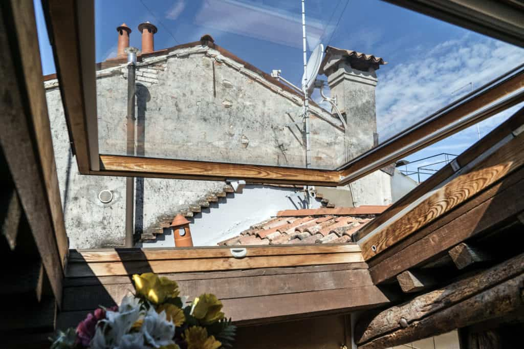 Skylight with view on the Venetian roofs - Altana Studio Apartment