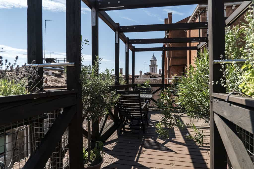 Open air wooden terrace with view of Venetian roofs - Altana Studio Apartment