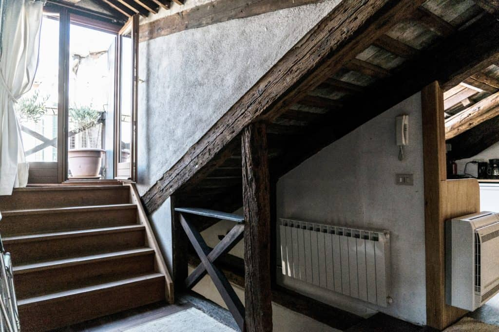 Detail of the wooden staircases with the terrace door - Altana Studio Apartment