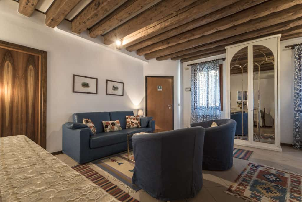 Right side of the living room with exposed beams - Arsenal Flat Apartment