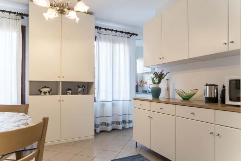 Large kitchen with two luminous windows - Arsenal Flat Apartment