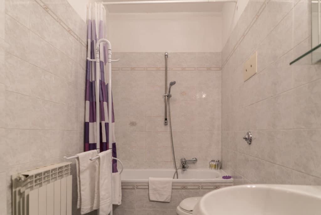 Large bathroom with bathtub - Arsenal Flat Apartment