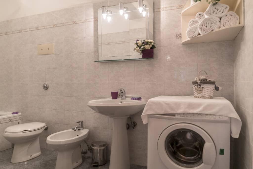 Bathroom with washing machine - Arsenal Flat Apartment