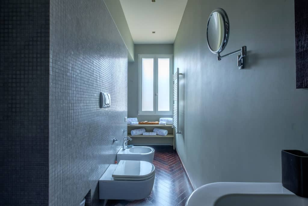 Luminous long bathroom with window - Attico Terrace Apartment