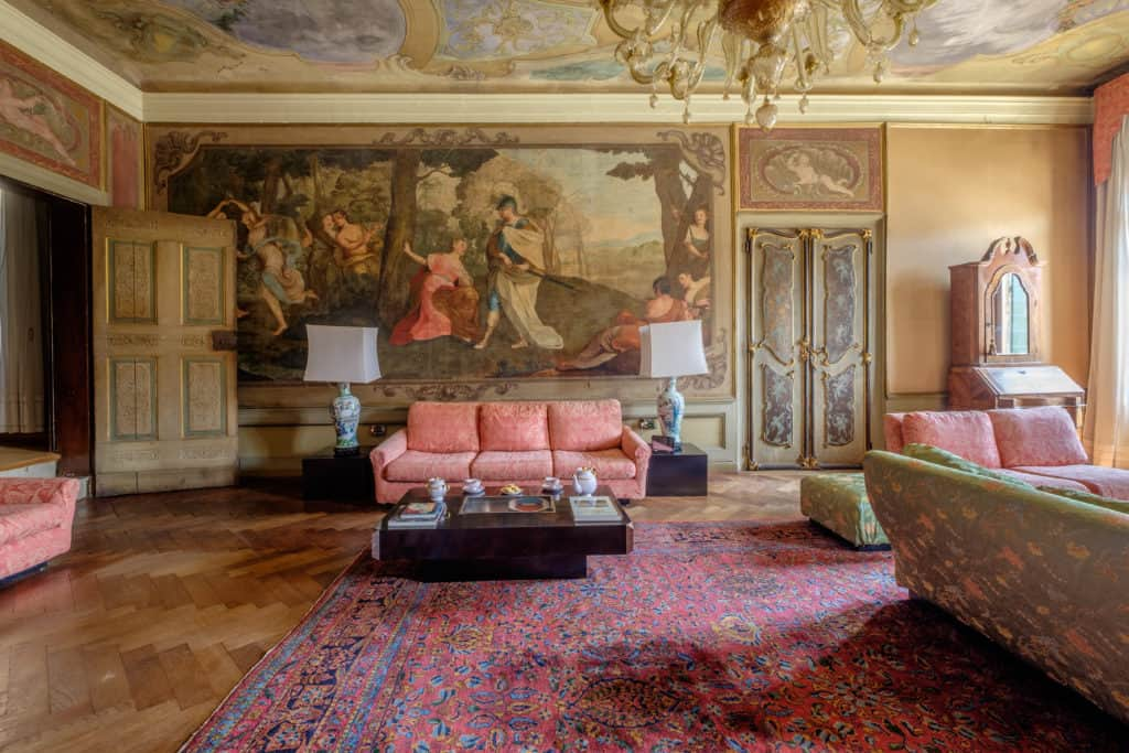 Luxurious living room with original frescoes and antique Venetian furnishing - Ca' Affresco 1 Apartment