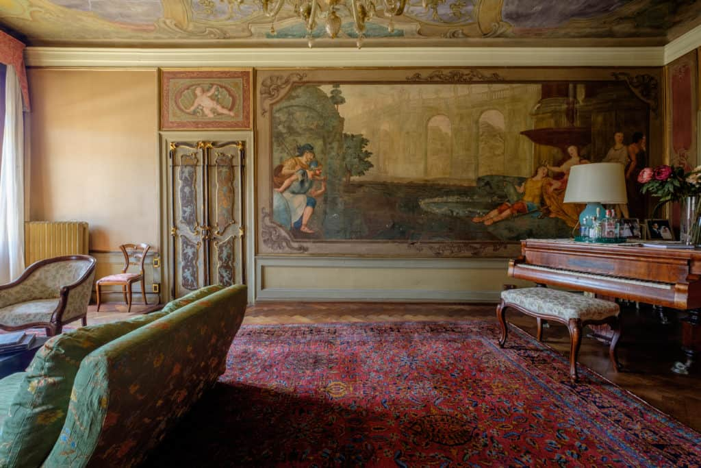 Large living room with frescoes and antique Venetian furnishing - Ca' Affresco 1 Apartment