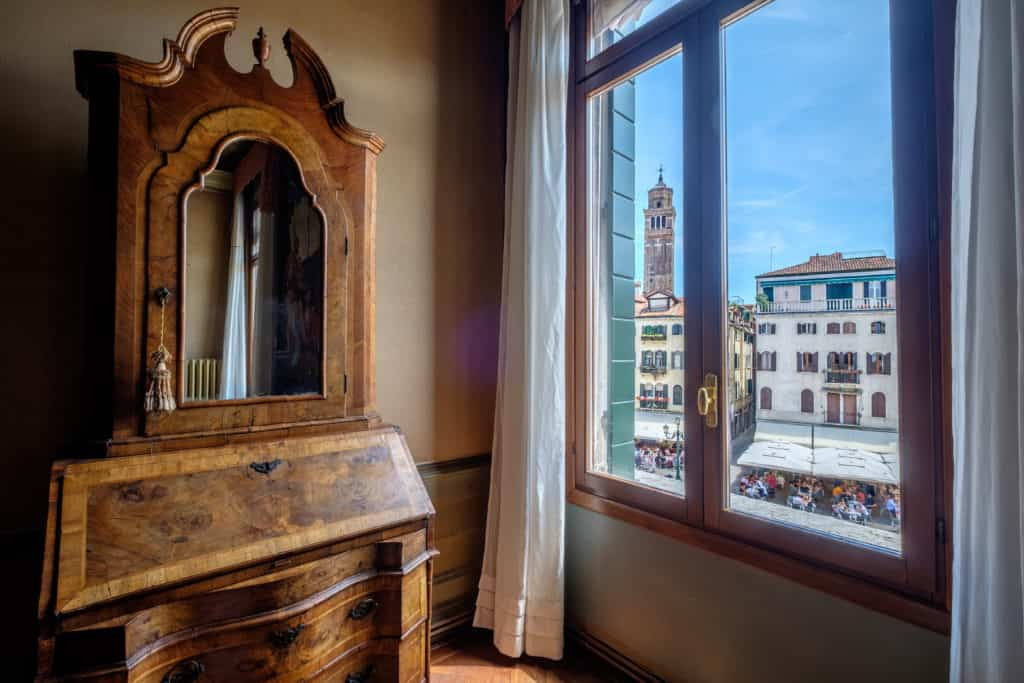 Living room with view on S. Stefano - Ca' Affresco 1 Apartment