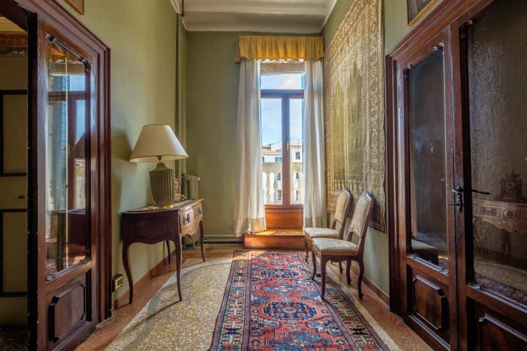 Luminous hallway with antique Venetian furnishing - Ca' Affresco 1 Apartment