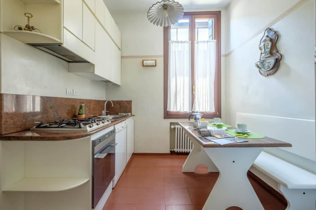 Luminous kitchen with small dining table - Ca' Affresco 1 Apartment