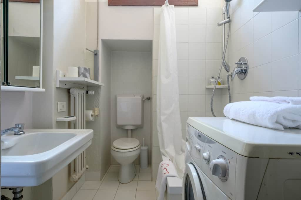 Small bathroom with washing machine - Ca' Affresco 1 Apartment