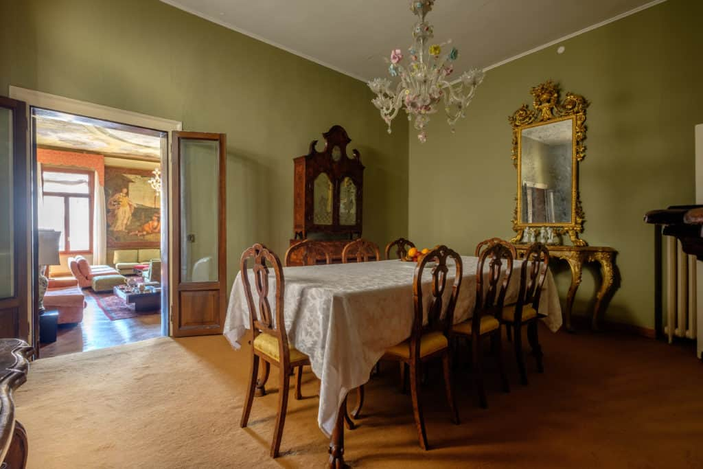 Entrance of the large dining room with antique Venetian furnishing - Ca' Affresco 1 Apartment