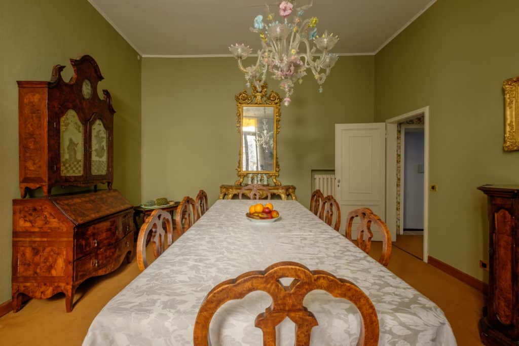 Large dining room with chandelier and antique Venetian furnishing - Ca' Affresco 1 Apartment