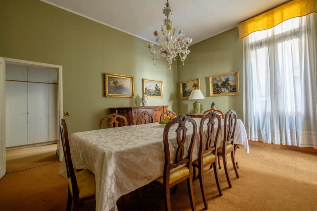 Left view of the large dining room with antique Venetian furnishing - Ca' Affresco 1 Apartment