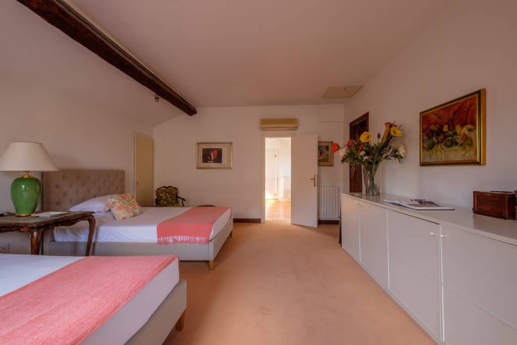Right view of the large bedroom with two single beds - Ca' Affresco 1 Apartment