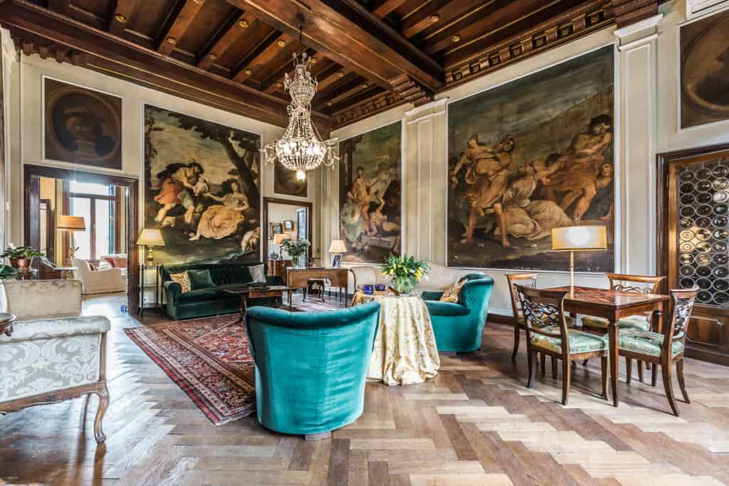 Left view of the large living room with antique Venetian furnishing and frescoes - Ca' Affresco 2 Apartment