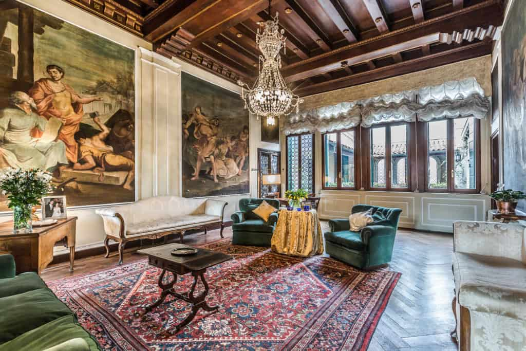 Right view of the large living room with antique Venetian furnishing and frescoes - Ca' Affresco 2 Apartment
