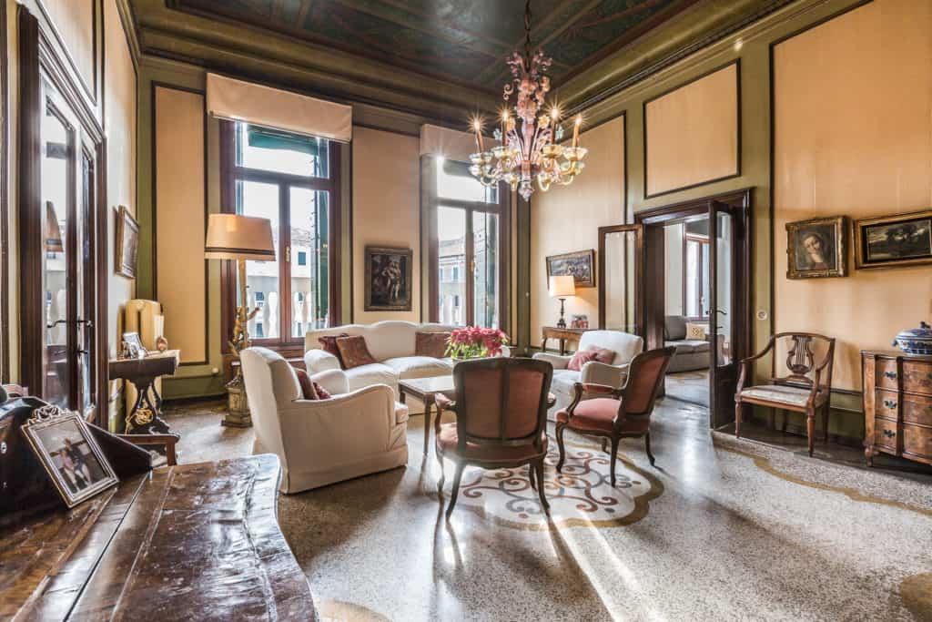 Luminous small living room with antique Venetian furnishing - Ca' Affresco 2 Apartment