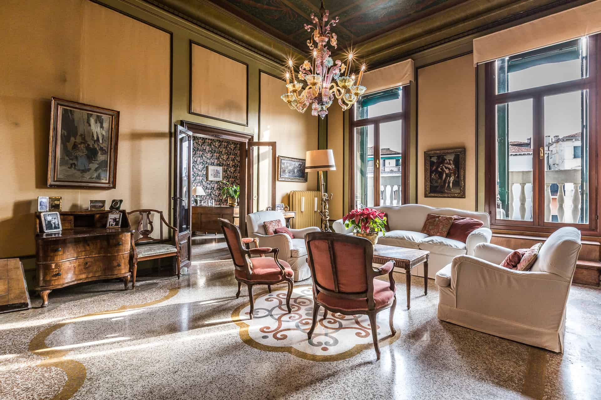 Left view of the luminous small living room with antique Venetian furnishing - Ca' Affresco 2 Apartment