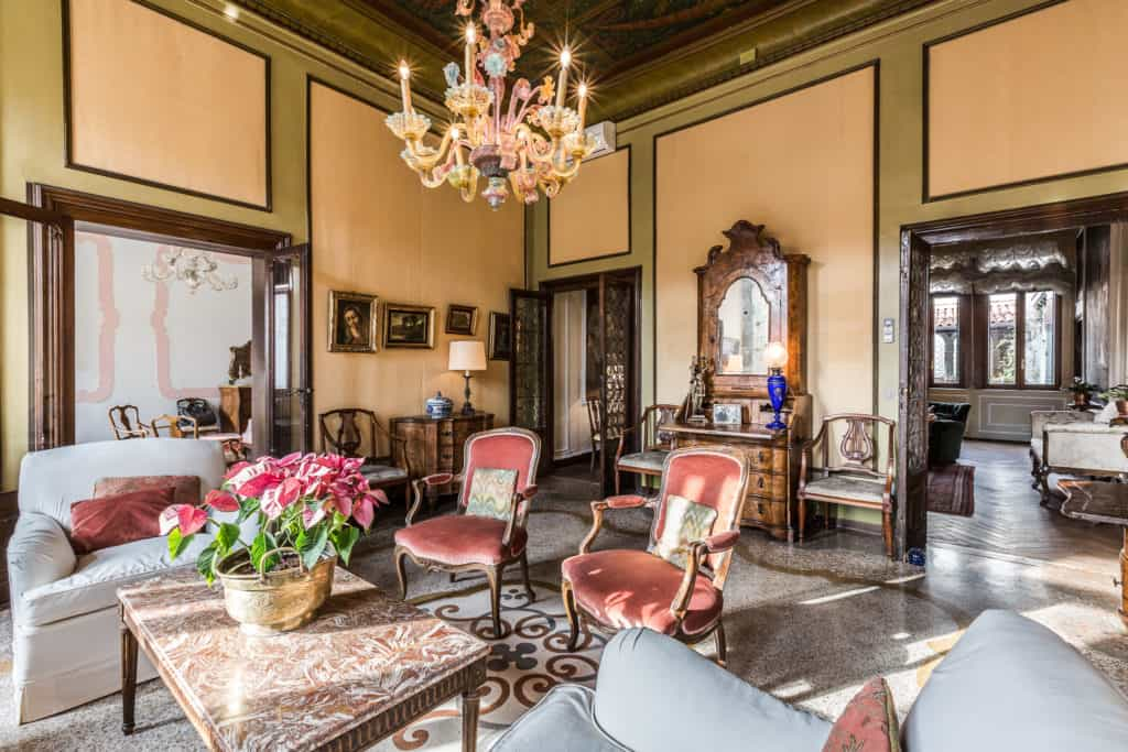 Right view of the luminous small living room with antique Venetian furnishing - Ca' Affresco 2 Apartment
