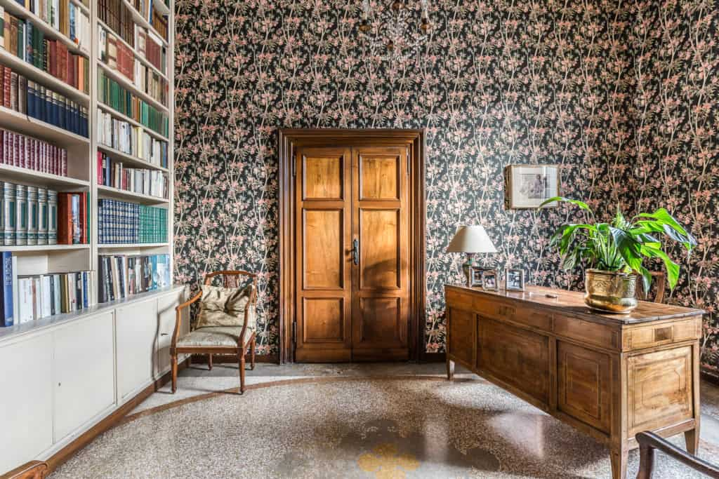 Luminous studio with large library and antique desk - Ca' Affresco 2 Apartment