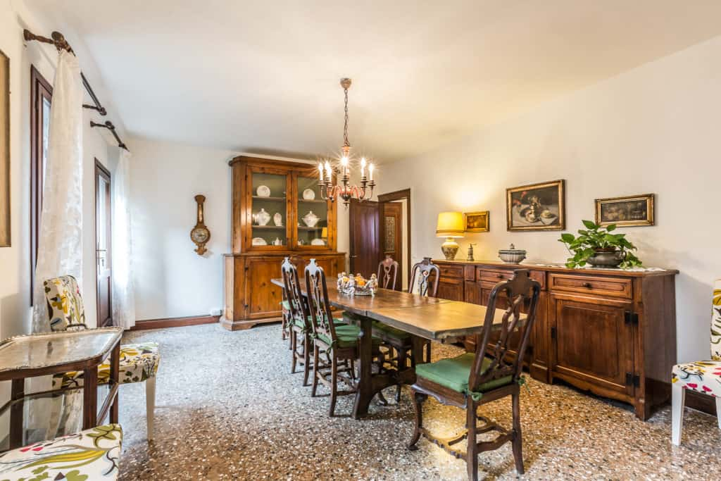 Large dining room with antique Venetian furnishing - Ca' Affresco 2 Apartment