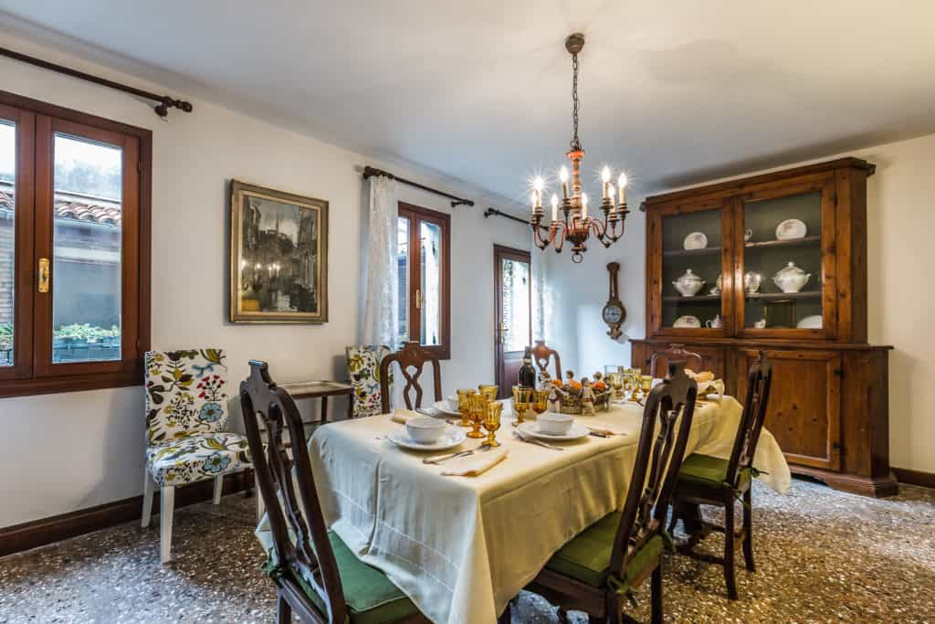 Left view of the large dining room with antique Venetian furnishing - Ca' Affresco 2 Apartment