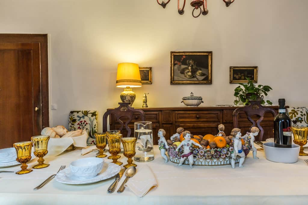 Detail of the dining table with antique cutlery - Ca' Affresco 2 Apartment