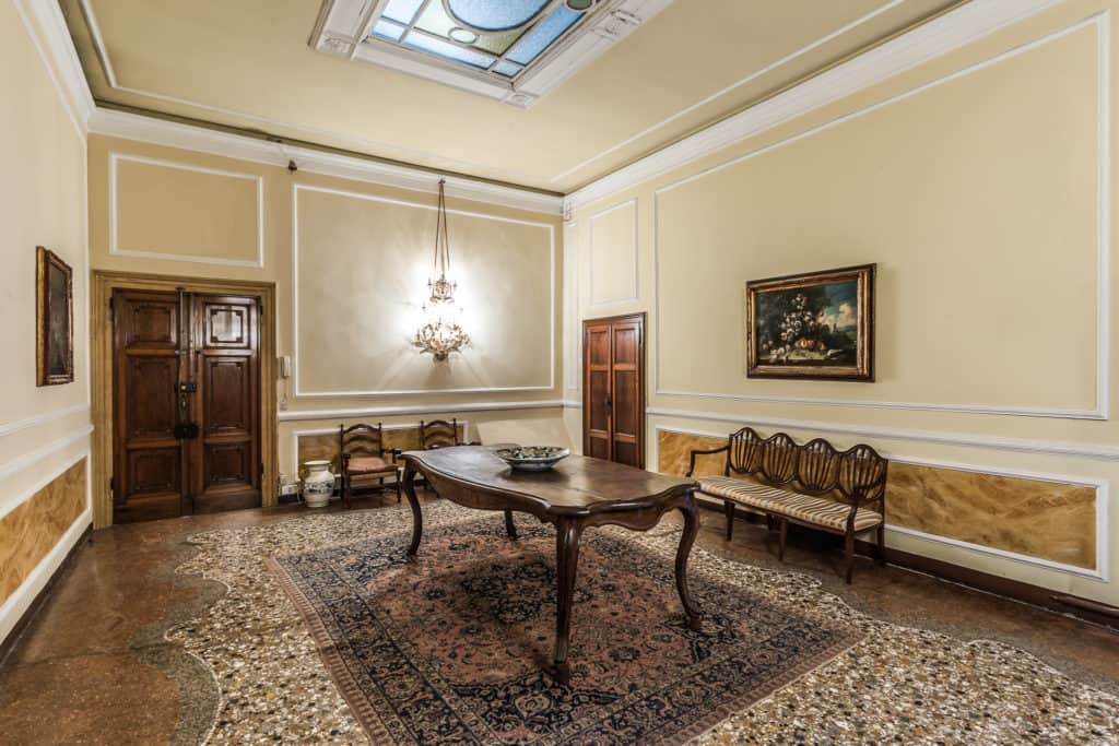 Main entrance room with dining table and antique Venetian furnishing - Ca' Affresco 2 Apartment