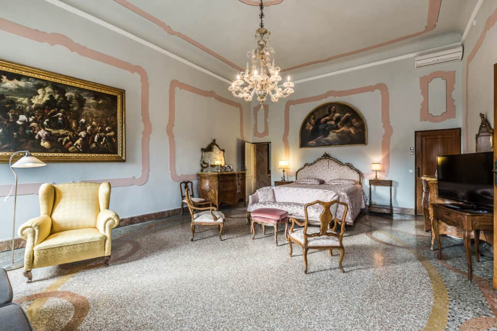 Large master bedroom with antique Venetian furnishing and armchairs - Ca' Affresco 2 Apartment