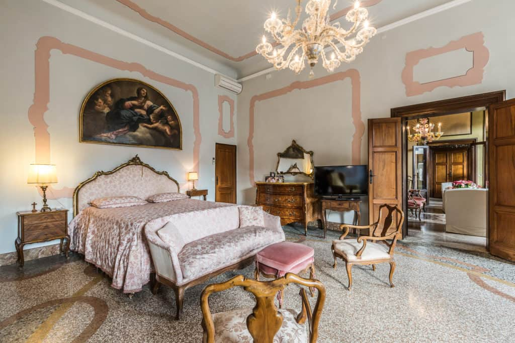 Right view of the large master bedroom with antique Venetian furnishing and armchairs - Ca' Affresco 2 Apartment