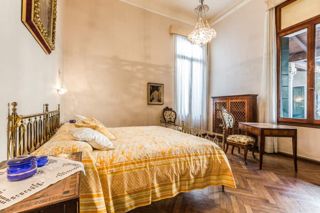 Right view of the small double bedroom with antique Venetian furnishing - Ca' Affresco 2 Apartment