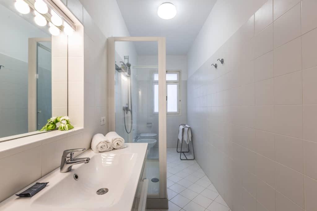 Small modern bathroom with shower - Ca' Affresco 2 Apartment